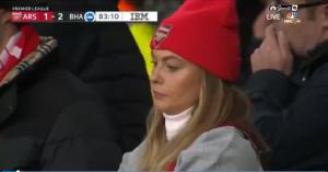 不满意!阿森纳美女球迷不满球队表现