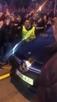 梅西赛后驾车回家时遭球迷疯狂围堵