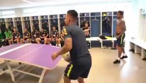 内马尔和热苏斯组合!巴西四将玩桌上足球