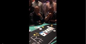 猜猜最后谁赢了!威少和伍兹在慈善扑克赛上激战