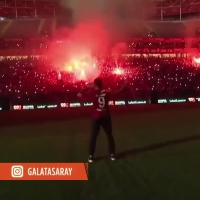 球迷疯狂了!法尔考在加拉塔萨雷主场亮相