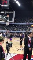 NBA深圳站赛前:詹姆斯进场热身 一小片球迷喊LBJ