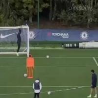 卡巴列罗挂在门框上助阿隆索练任意球
