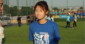 笑容甜美!申花女足球员熊熙接受采访谈冲甲