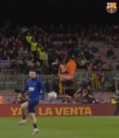 赛前热身时梅西和法蒂玩传球