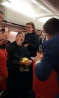 梅西怀抱金球!巴萨代表团返程开香槟庆祝