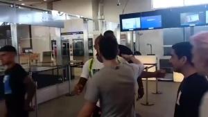 回来了!比达尔机场和球迷合影