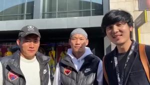 深足球员甘超和李源一观战巴萨并为武汉加油