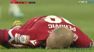 惨!罗马尼亚德比球员被爆头踢昏厥
