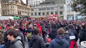 欧冠晋级!马竞球迷聚集英国街头高歌
