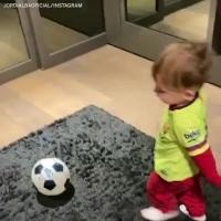 亲吻巴萨队徽!阿尔巴晒儿子最新踢球视频