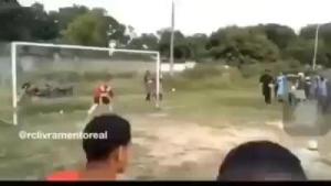 点球破门后围观群众霸气开枪庆祝