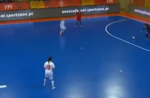 进球只需一脚传球!室内女足比赛脚后跟骚操作破门