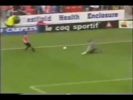22年前的今天,谢菲联前锋打进这粒震惊足坛的骚操作进球