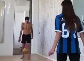 踢球、秀恩爱两不误!坎德雷瓦在家与妻子练颠球
