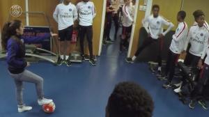 小姑娘来到巴黎青训的更衣室秀球技,小伙子们什么反应?