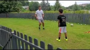 C罗与迷你罗在家中训练,父子俩相互喂球