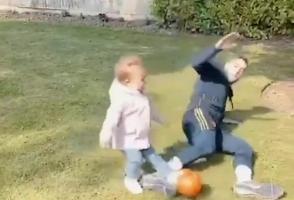 亲爹系列!沃特福德后卫菲梅尼亚放铲1岁女儿