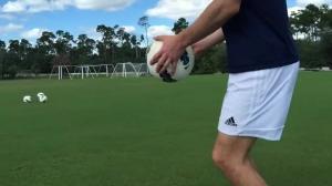 初学者如何练花式 足球达人手把手教你