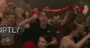 要哭了!成千上万的利物浦球迷在街头疯狂庆祝