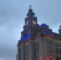 一片狼藉!利物浦地标大厦遭球迷投掷焰火