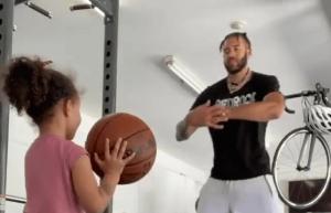 女儿奴!麦基用手臂当篮筐教女儿投篮