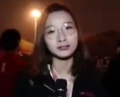 还记得国足输球后采访球迷的女记者吗 场面太尴尬了,真·战地记者