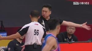 队员被判违体犯规!李春江很不满:他没动 进攻球员往上撞