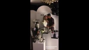 甜蜜蜜!妻子38岁生日,迪马利亚送热吻祝福
