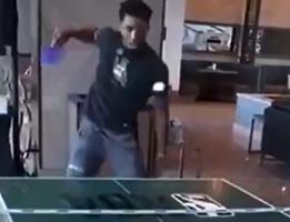 和扣篮一样有气势?米切尔打乒乓球拿着横排残暴劈扣