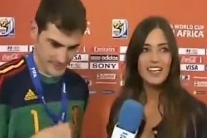 女友羞涩了!当年卡西在直播节目上亲吻女朋友