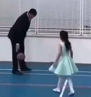 大姚带着女儿打球:闺女,老爸这记勾手如何?