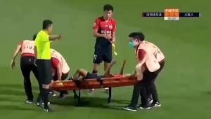 哈姆西克都笑了!中超抬担架失误,球员遭受'二次伤害'