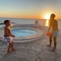 亲子时刻!内马尔与儿子海边切磋球技