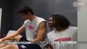 初入NBA的大姚首次进入火箭更衣室 好好的感受了下美国文化