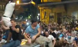 爬上车顶!马赛球迷疯狂庆祝战胜巴黎