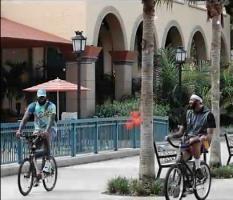 你侬我侬!詹姆斯浓眉园区骑单车相视而笑