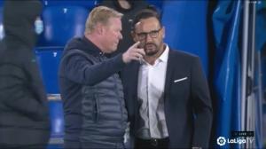 说什么呢?比赛结束科曼与对手教练交流许久
