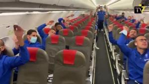 爆冷取胜!加的斯队友飞机上庆祝胜利