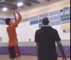 当年加内特猛夸周琦:他的篮球水平让我大吃一惊