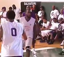 德罗赞倒地 其他人只关注篮板 只有科比暖心拉起