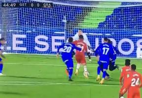 本轮西甲出现放倒梅西相似情况,裁判判罚点球