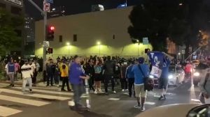 """这座城市的魂!道奇队夺冠后,球迷在LA街头高呼""""Kobe""""!"""