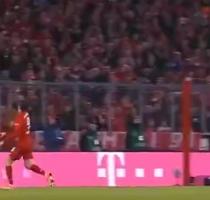 拜仁vs多特名场面:莱万德甲logo式停球