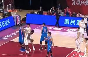 把富兰克林给急的 对着队友用中文大喊:篮板!篮板!