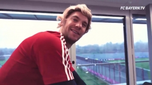 看一次笑一次,拜仁球员金发致敬赫内斯