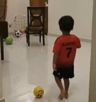 C罗的小粉丝练习任意球!模仿庆祝动作!