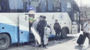 周琦随新疆球队大巴一起回到酒店 走路虽然一瘸一拐