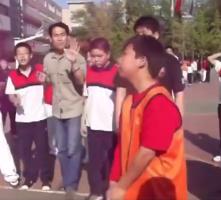 从小就是大心脏!看看学生时期杨皓喆打球的视频