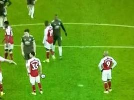 曼联发角球时博格巴和马丁内利拥抱问候